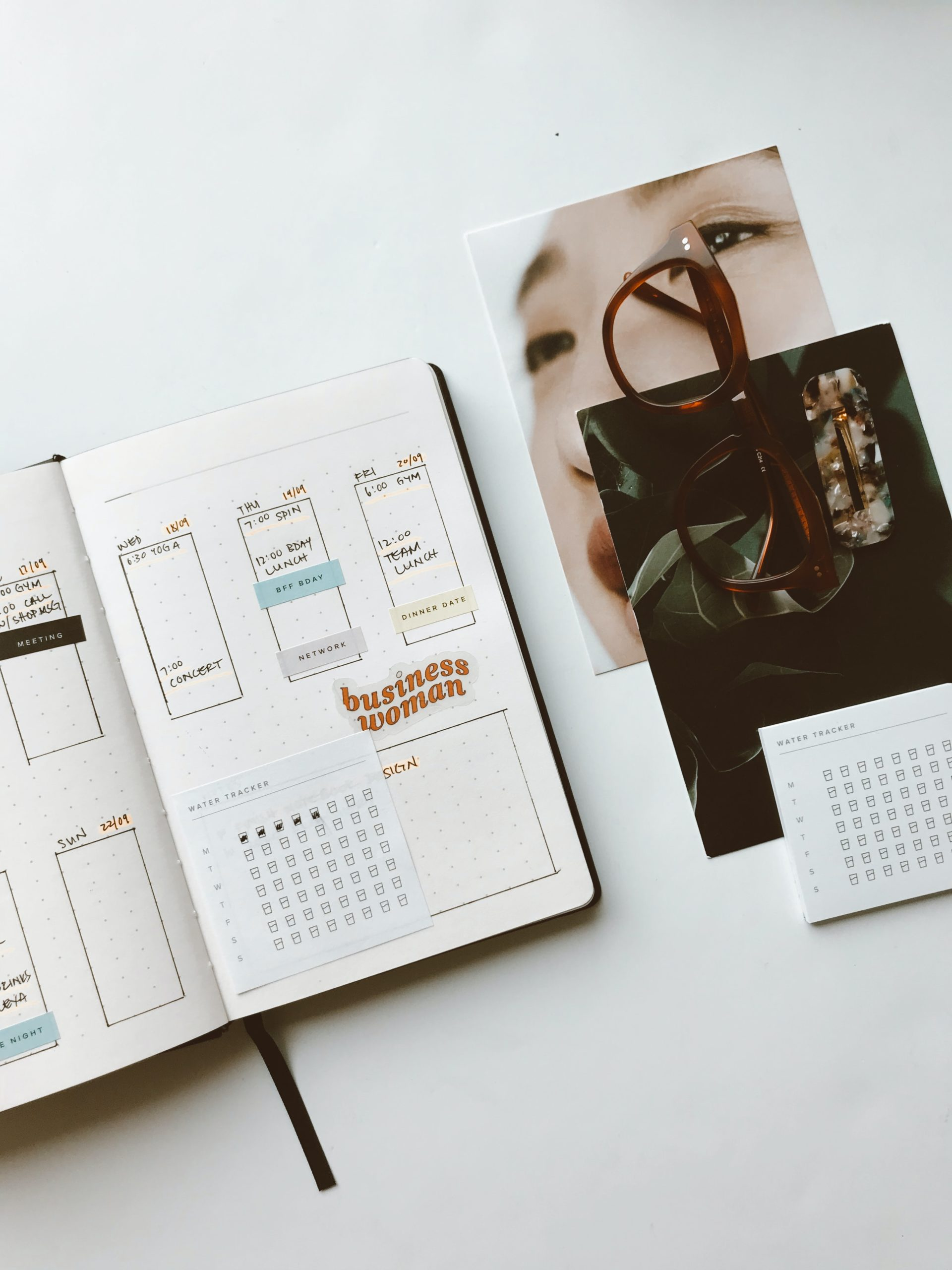 Calendar diary with images and glasses to save time on social media